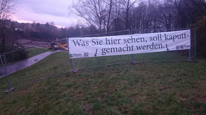 Protestbanner an neuem Ort
